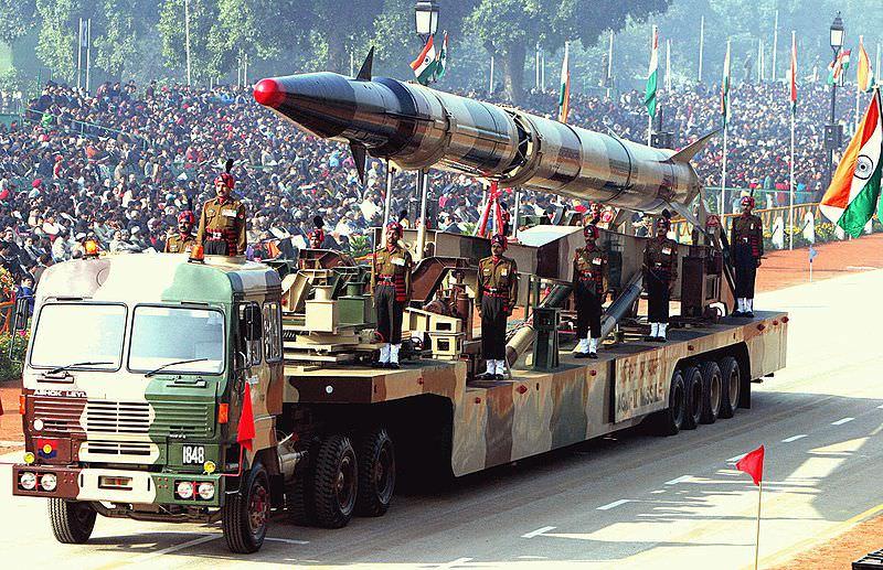 800px-Agni-II_missile_(Republic_Day_Parade_2004)